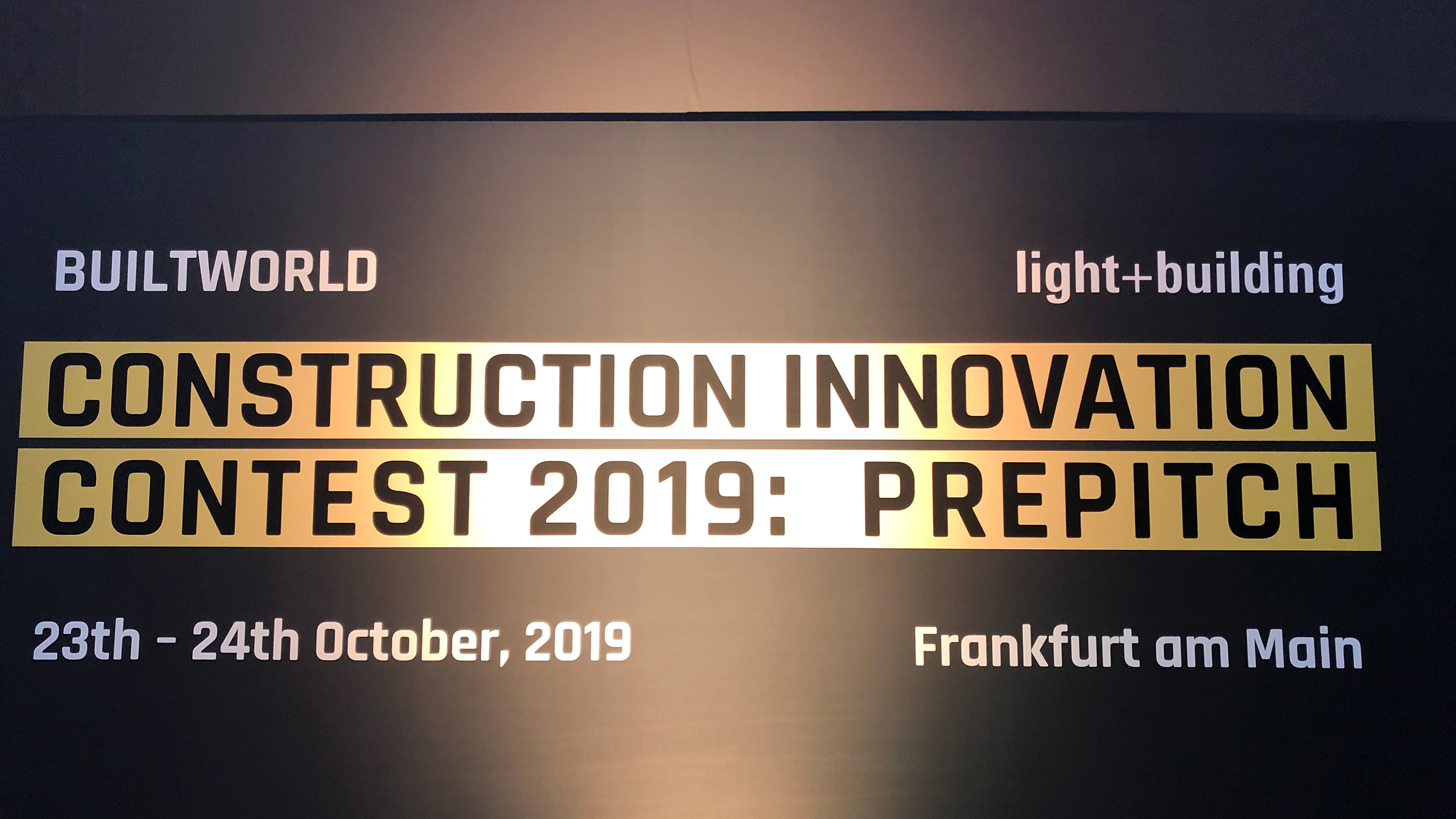 In hall 9.0 of Messe Frankfurt, the two-day prepitch of the construction and real estate industries on 23 and 24 October 2019 brought 25 of the original 350 applicants into the next competition round –  the finals at Light + Building in March 2020.  (Source: Messe Frankfurt / EBU 62 2019)